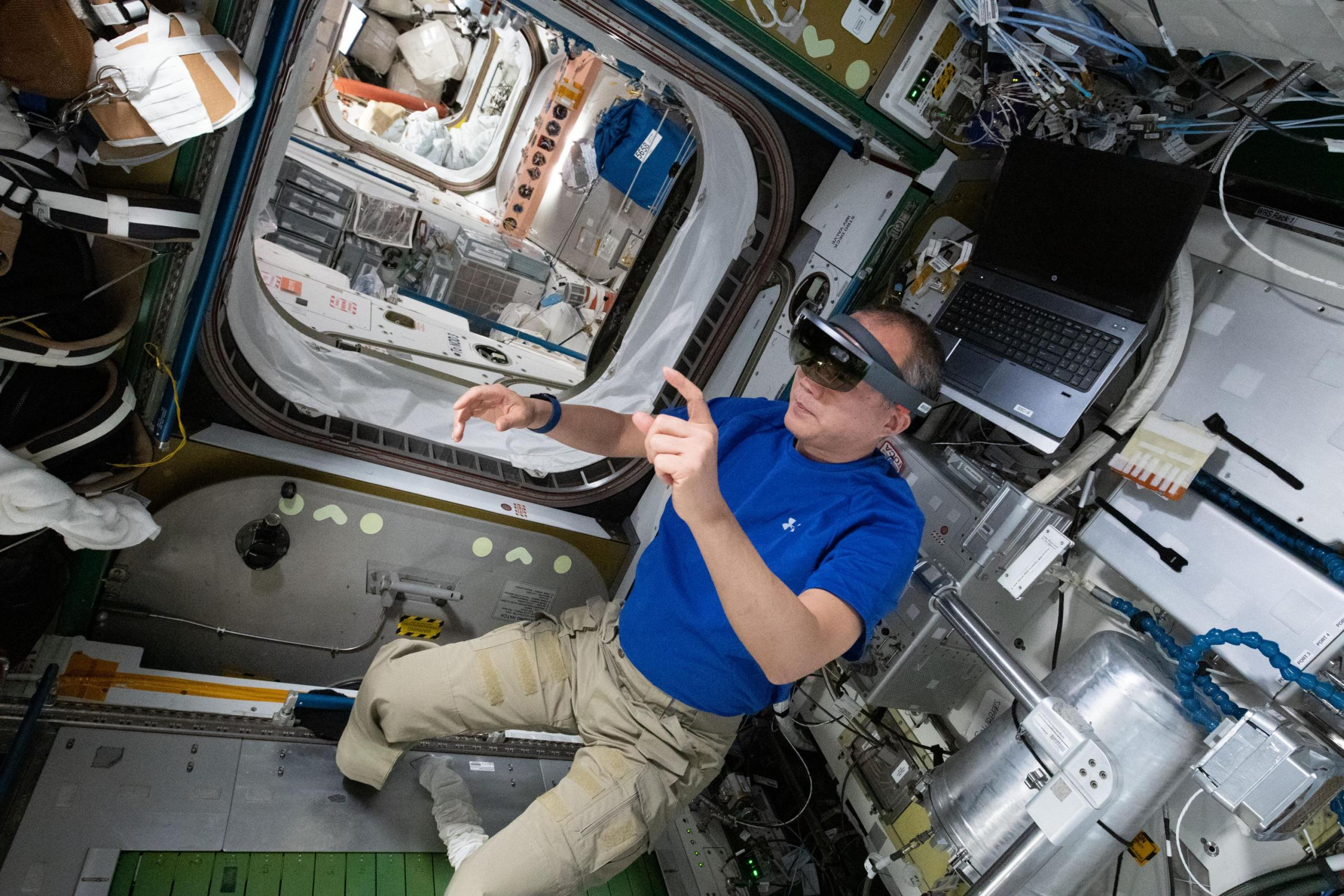 imagen de un astronauta usando gafas de VR