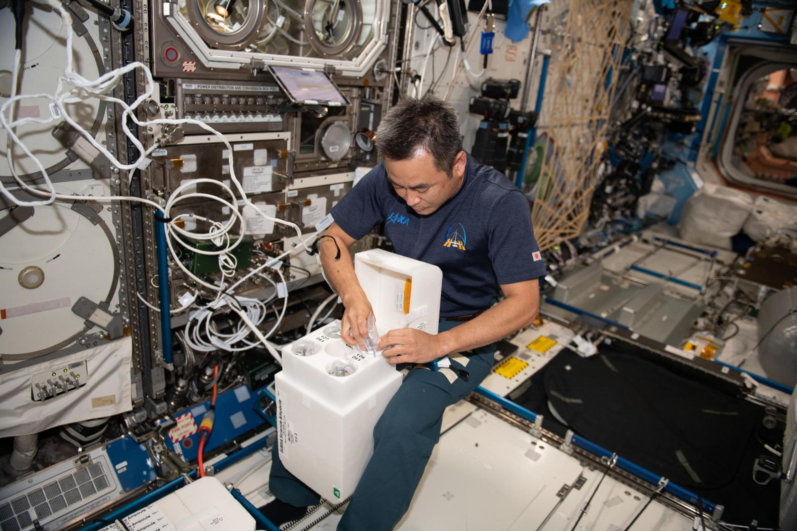 imagen de astronauta trabajando con hardware