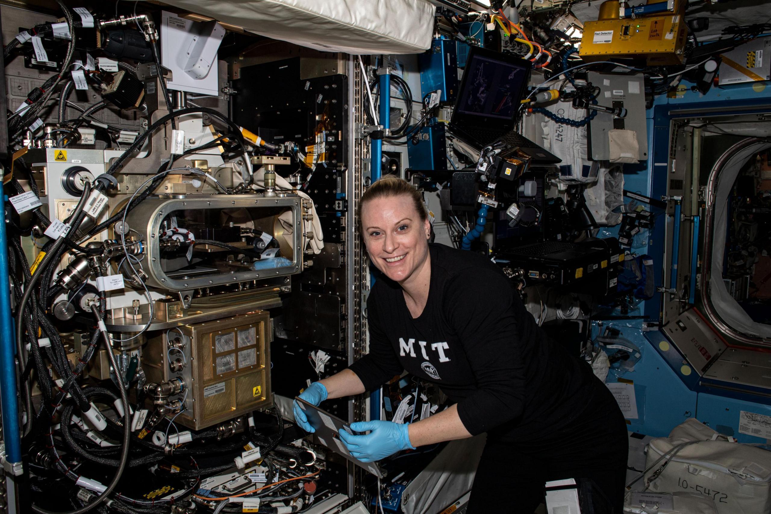 imagen de una astronauta trabajando con una investigación