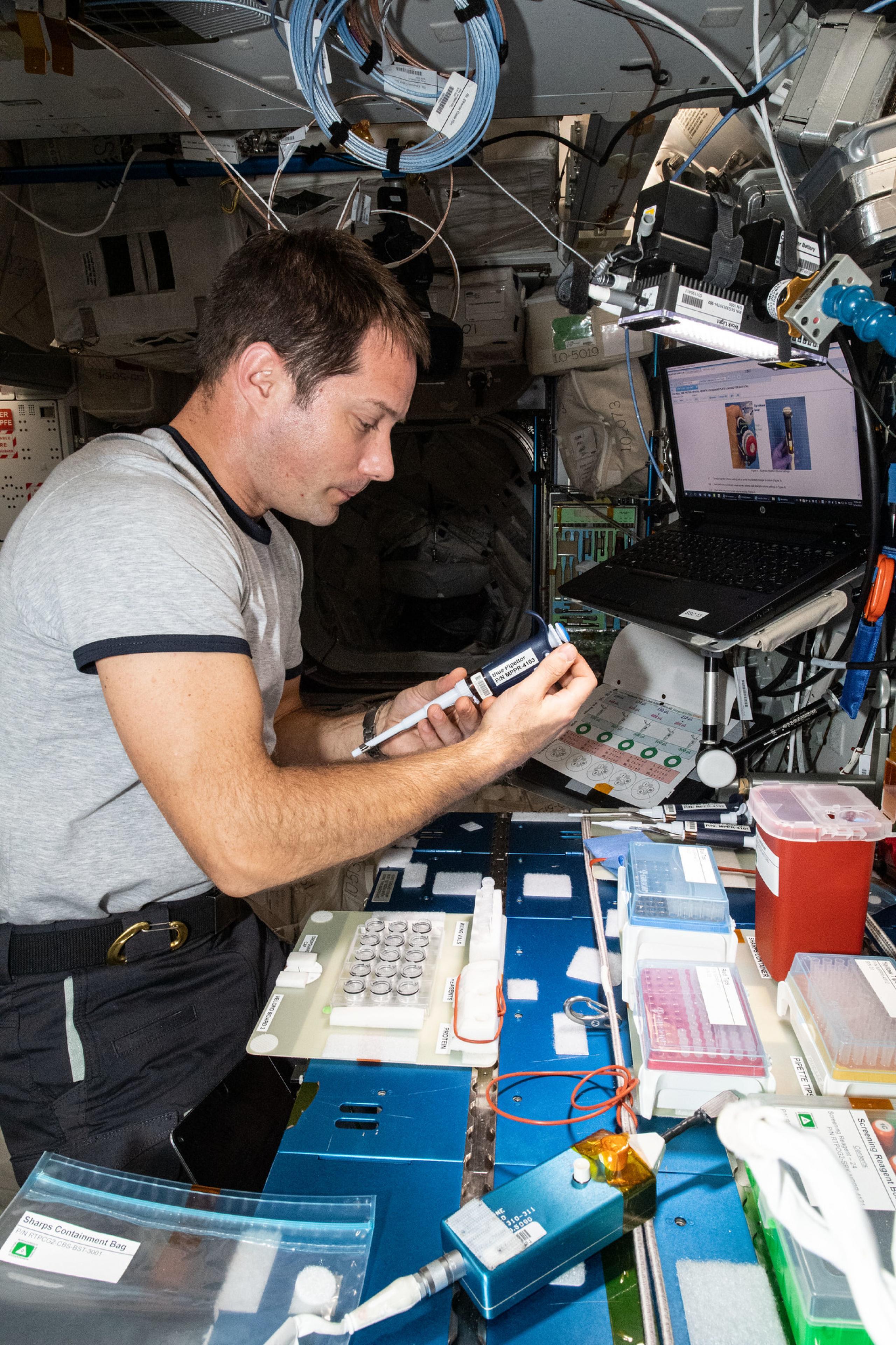 imagen de astronauta trabajando con una investigacion