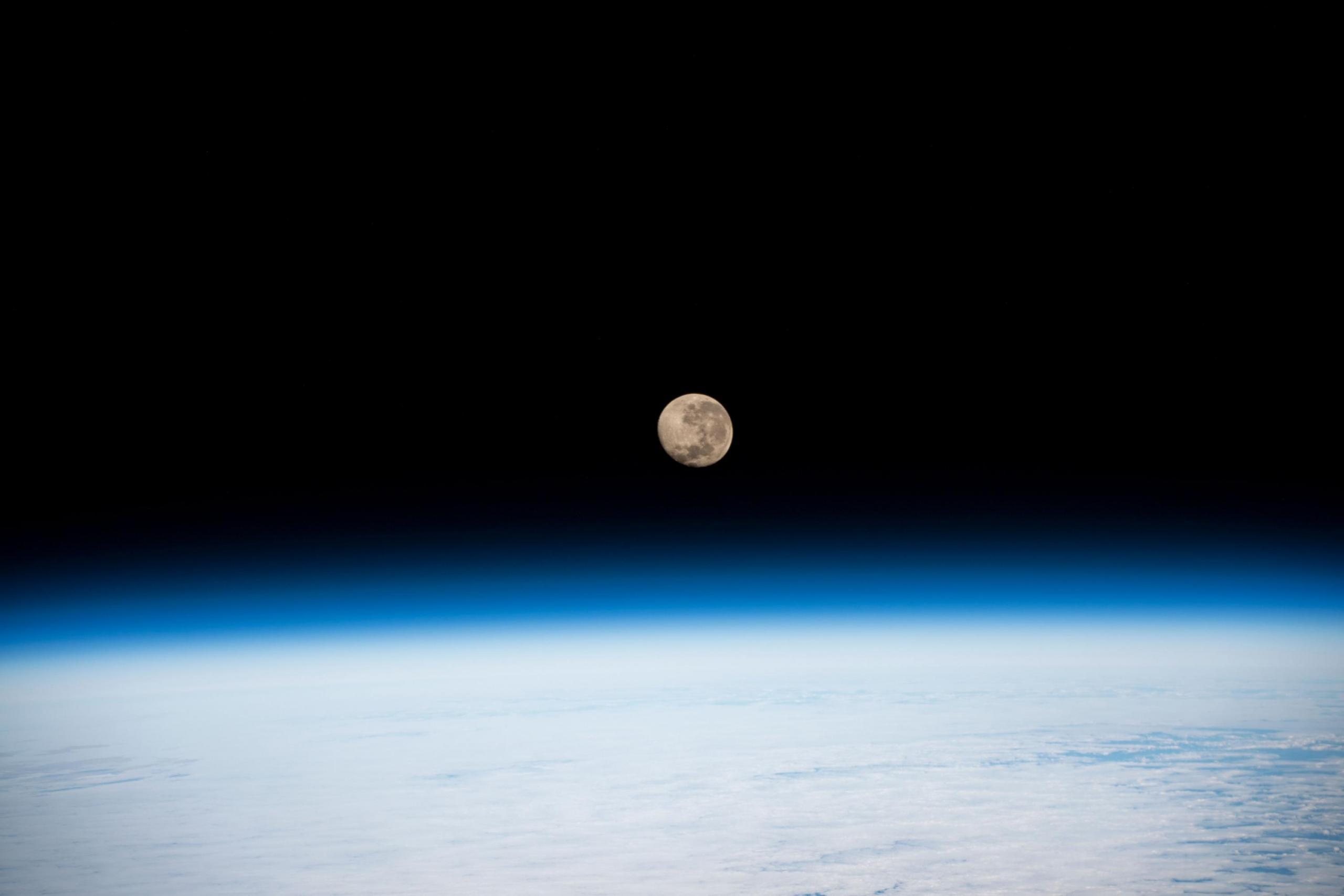 foto de la Luna elevándose sobre la Tierra