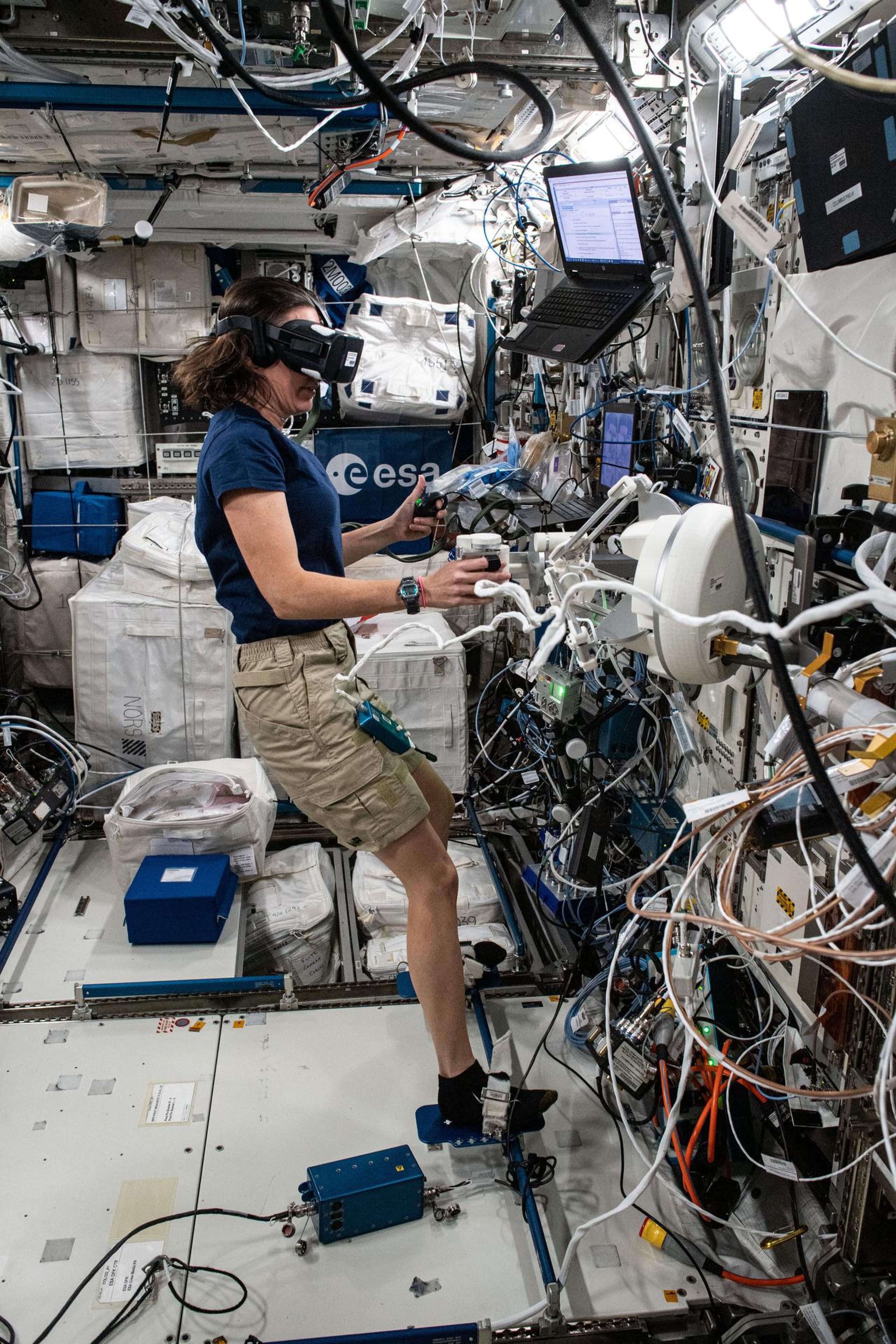 imagen de una astronauta trabajando con una investigacion