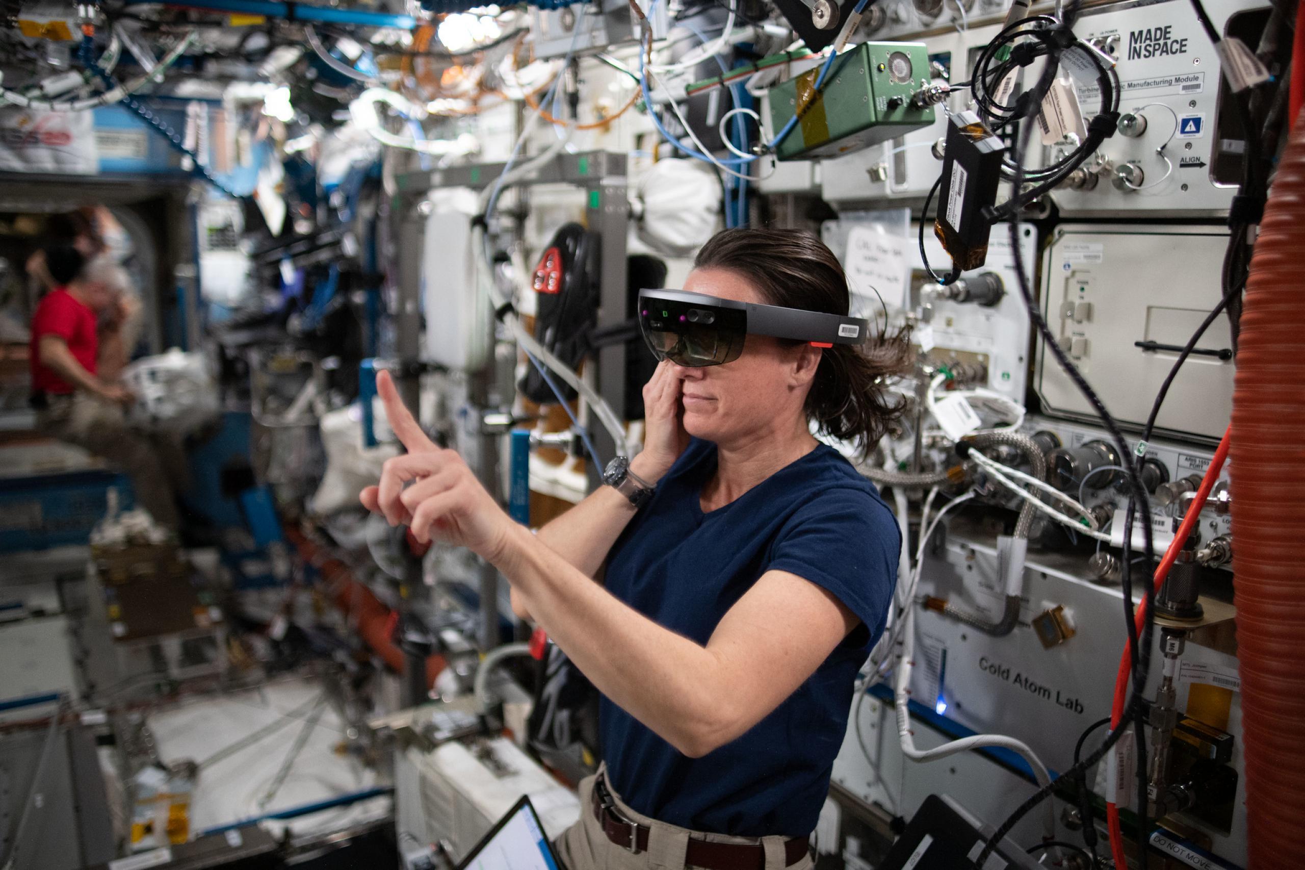 imagen de una astronauta usando gafas de VR