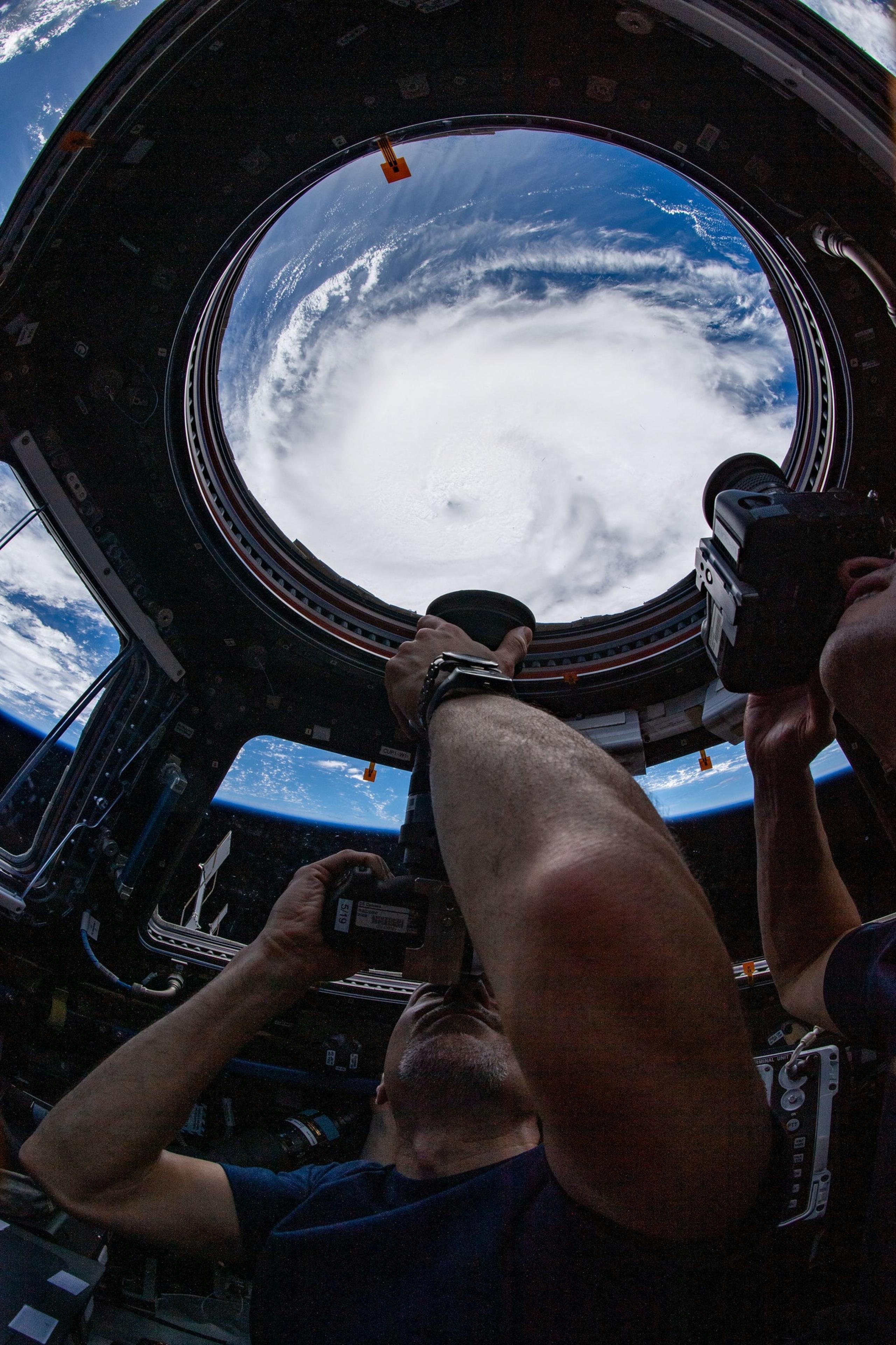 imagen del astronauta tomando fotos