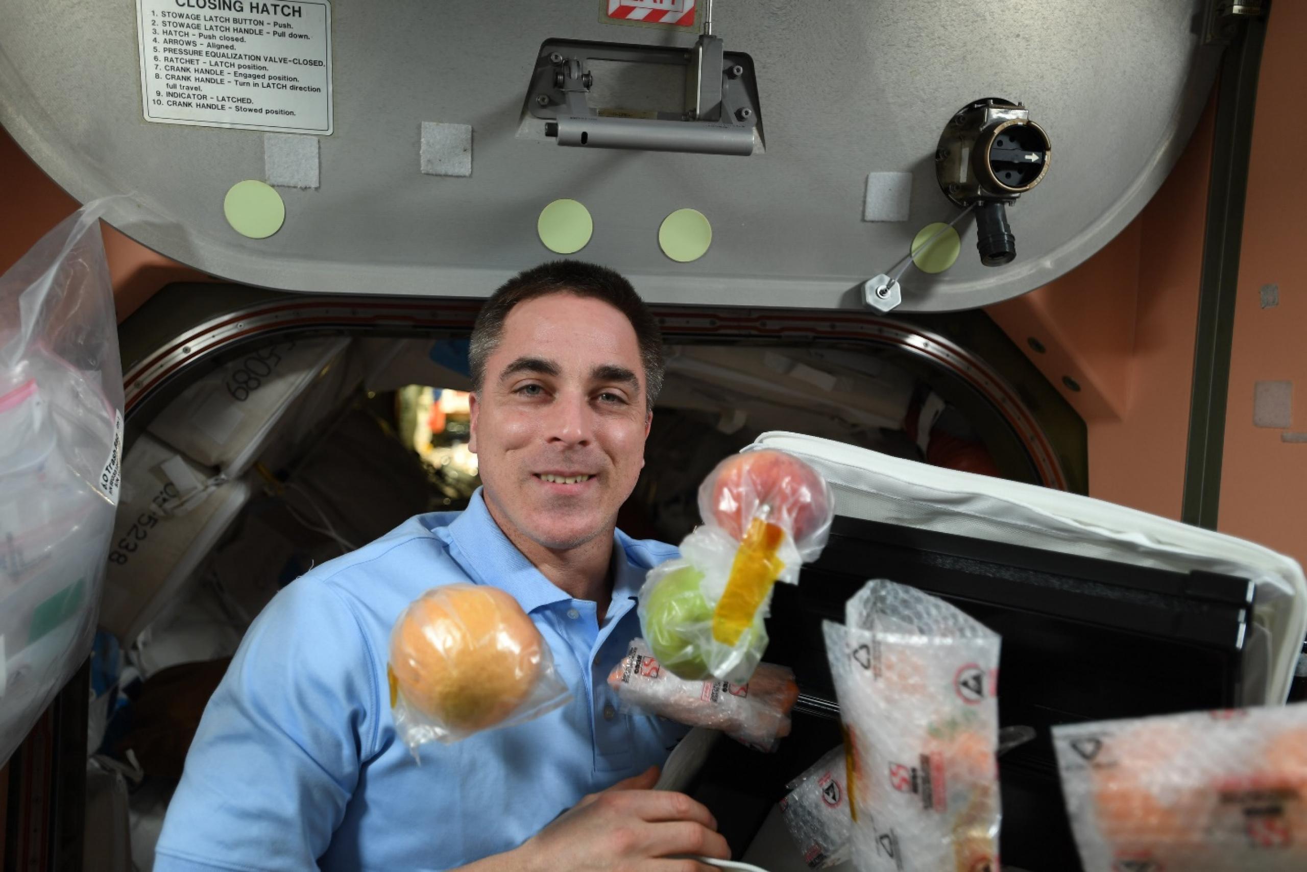 El astronauta de la NASA Chris Cassidy con comida fresca