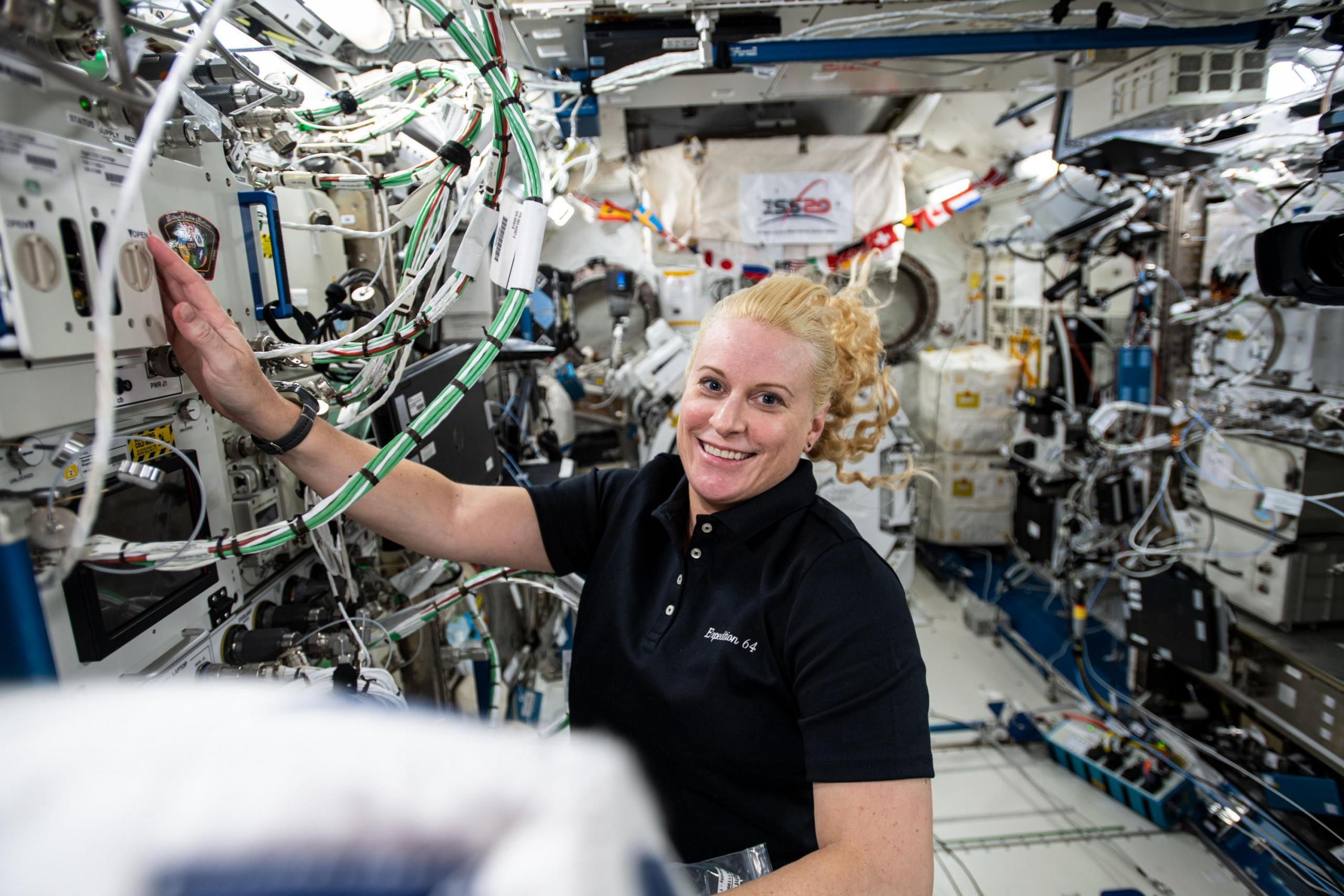 La astronauta Kate Rubins trabajando dentro del módulo JAXA Kibo dentro de la estación espacial
