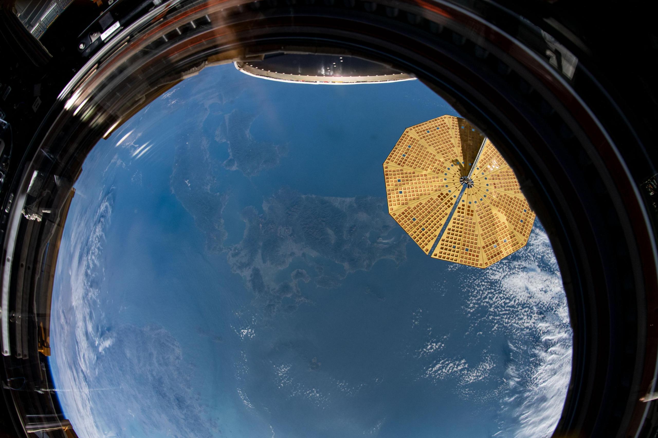 imagen de Japón tomada desde la órbita, desde el interior de la ventana de la cúpula