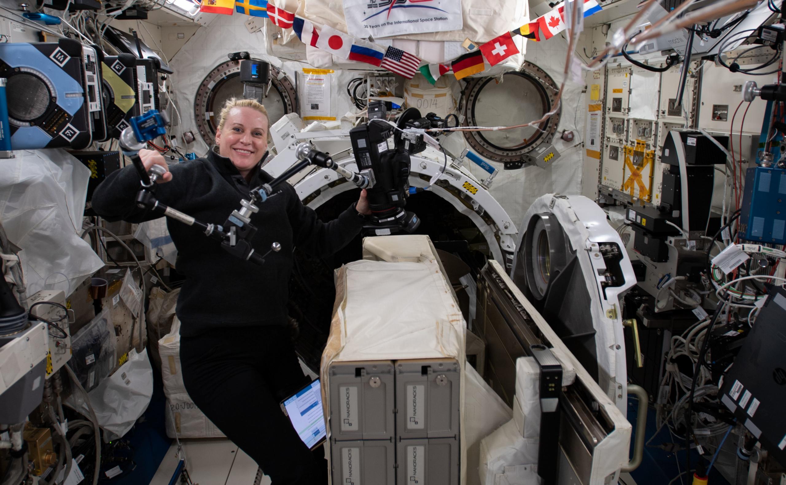La astronauta de la NASA Kate Rubins instala el Nanoracks CubeSat Deployer