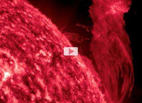 El SDO observa una erupción solar masiva y lluvias abrasadoras (fotograma de imagen a 304 Angstroms)