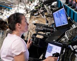 imagen de una astronauta trabajando en operaciones roboticas