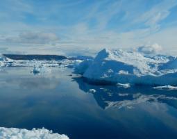 Las misiones OMG (Ocean Melting Greenland) y Operación IceBridge, de la NASA, están investigando la reducción de las capas de hielo de Groenlandia, desde arriba y desde abajo.