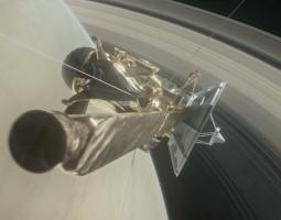 """Cassini está ahora en proceso de ejecutar 22 osadas """"zambullidas"""" para su """"Gran final"""" en la brecha de 1.930 kilómetros, o 1.200 millas, que hay entre Saturno y su anillo más interior. El """"Gran final"""" llegará cuando la nave espacial realice una última zambullida épica en la atmósfera superior del gigante gaseoso."""