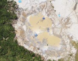 Una mina aurífera en Perú, vista desde arriba.