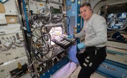imagen de un astronauta trabando con el experimento