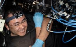 imagen de un astronauta trabajando con cables y hardware