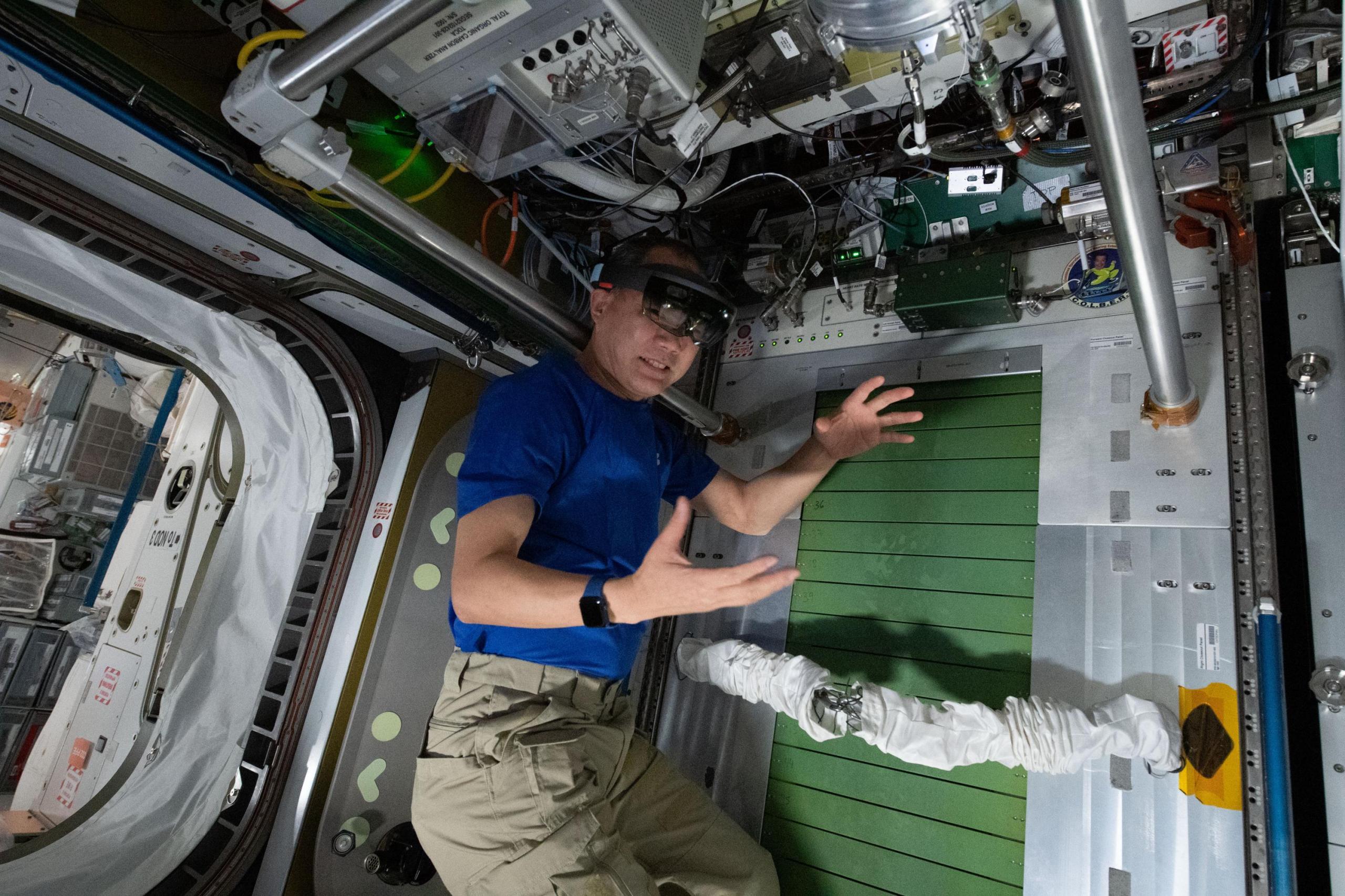 imagen de astronauta usando gafas de VR