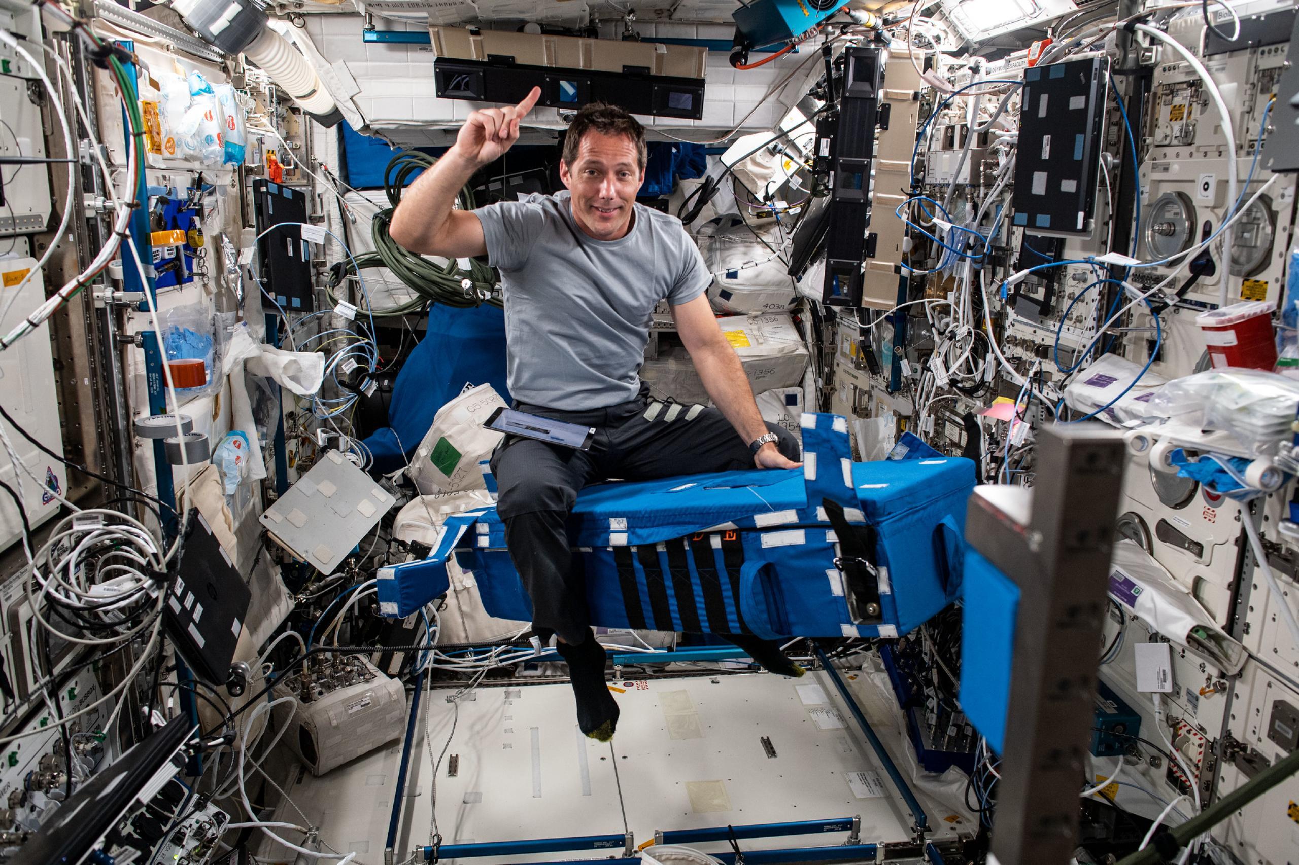 imagen de astronauta preparandose para la investigación