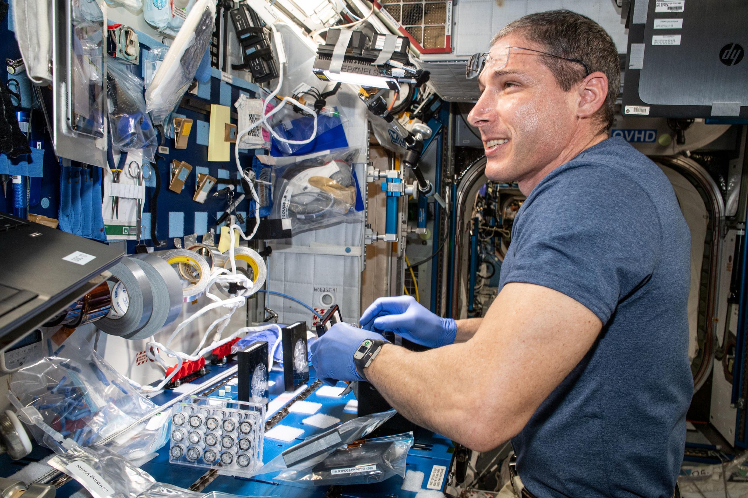 imagen de astronauta con componentes