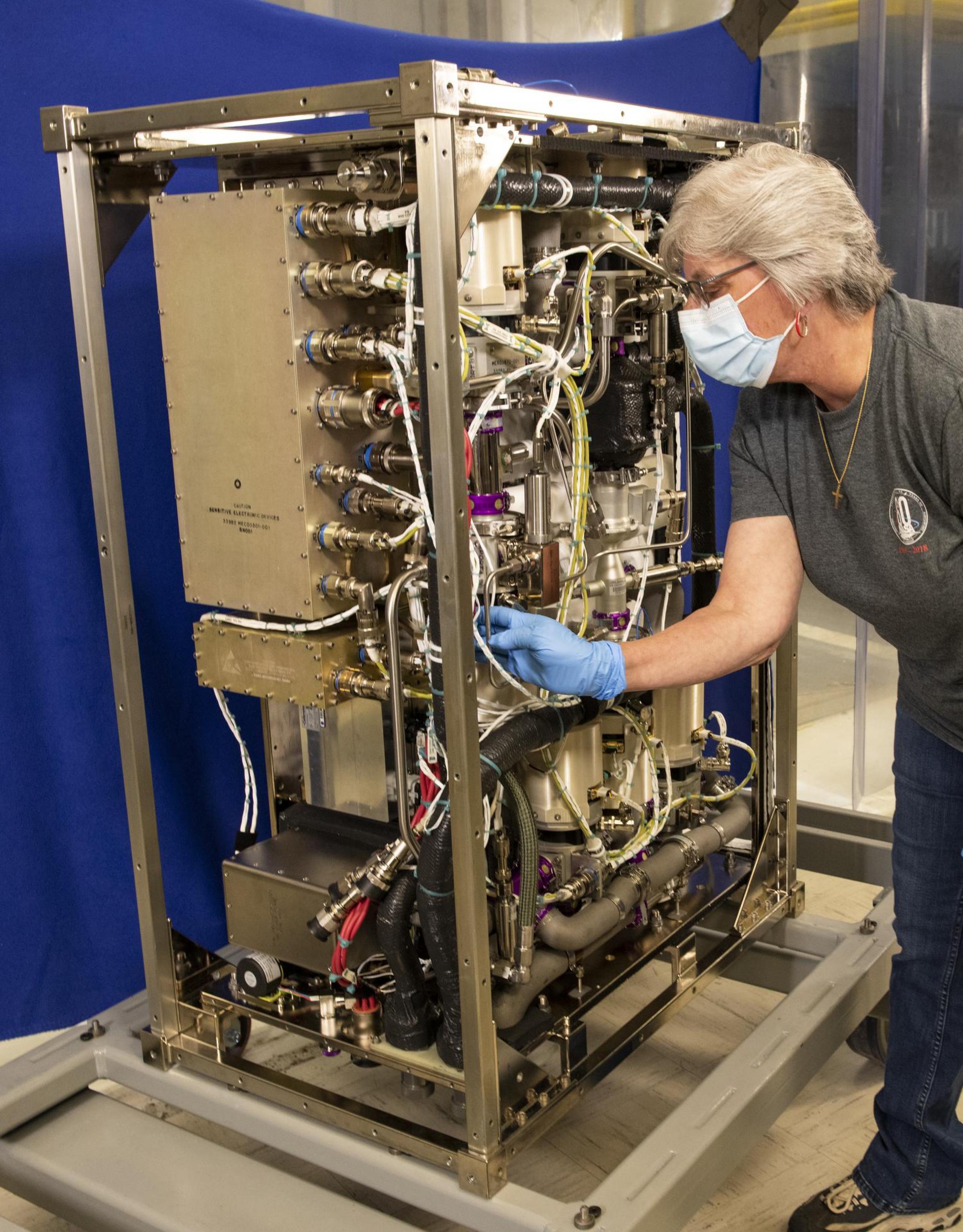 imagen de una ingeniera trabajando con hardware