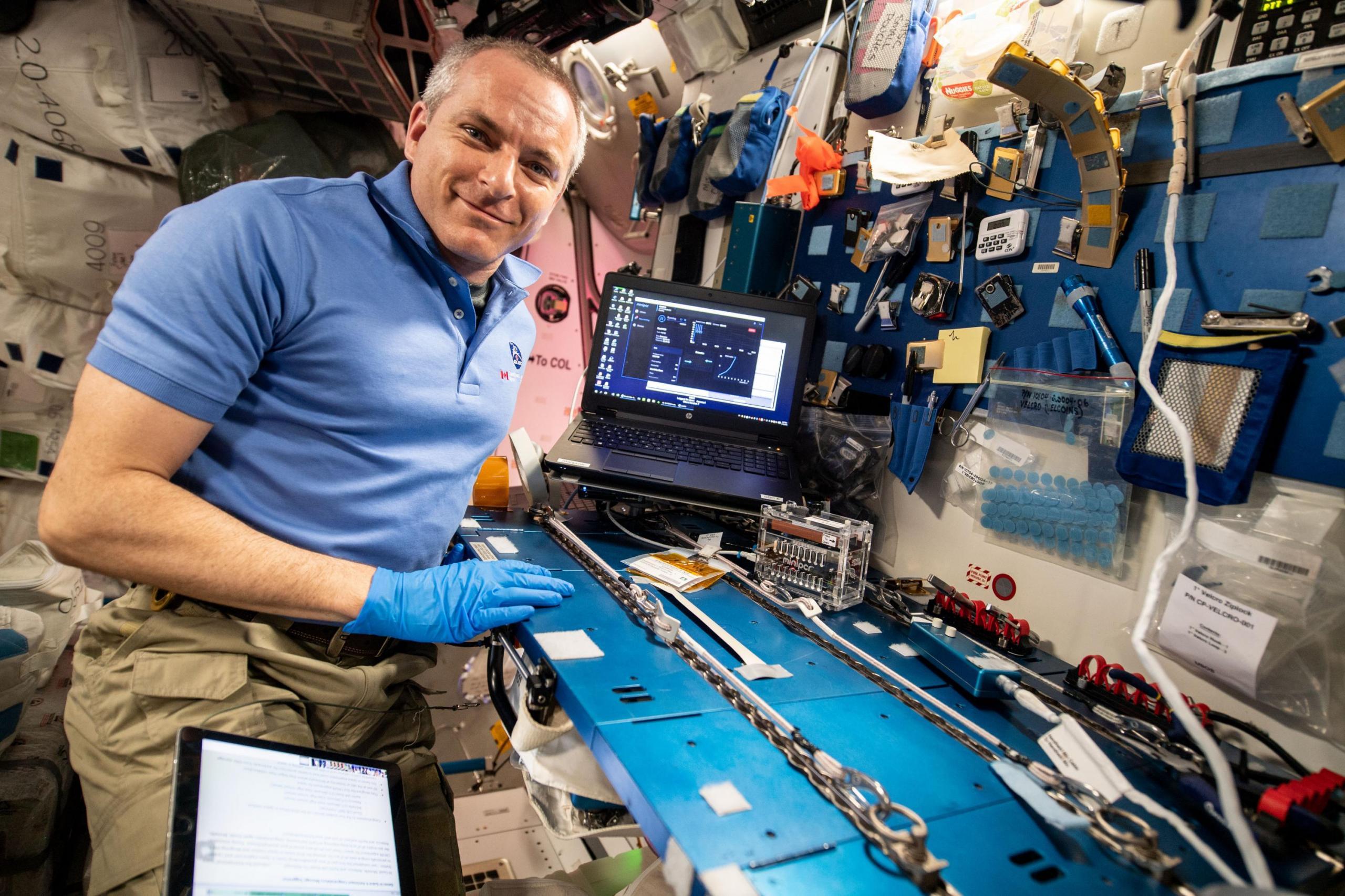 Foto di un astronauta che lavora nel campo della ricerca