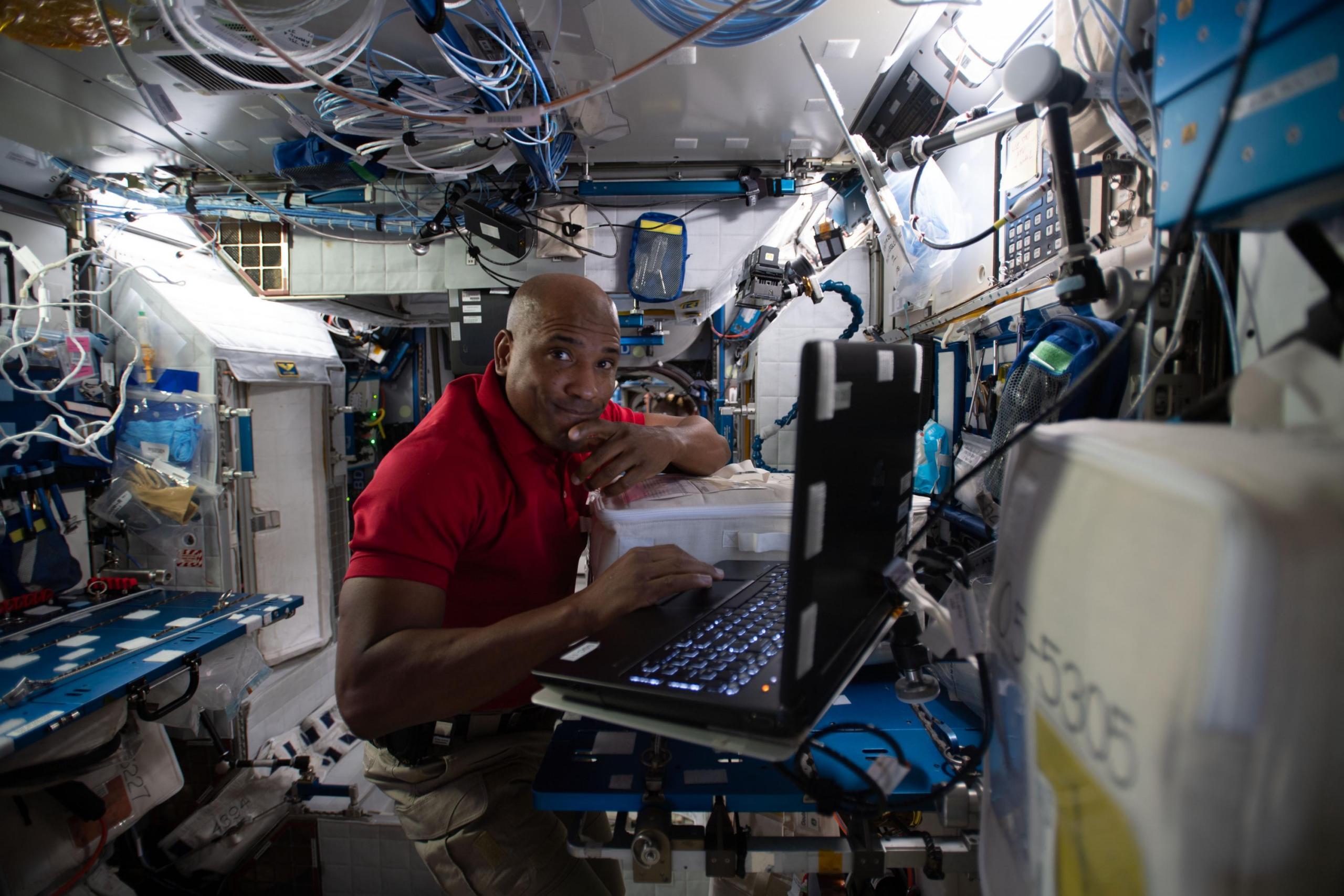 El astronauta Victor Glover trabaja en un experimento científico dentro de la estación espacial