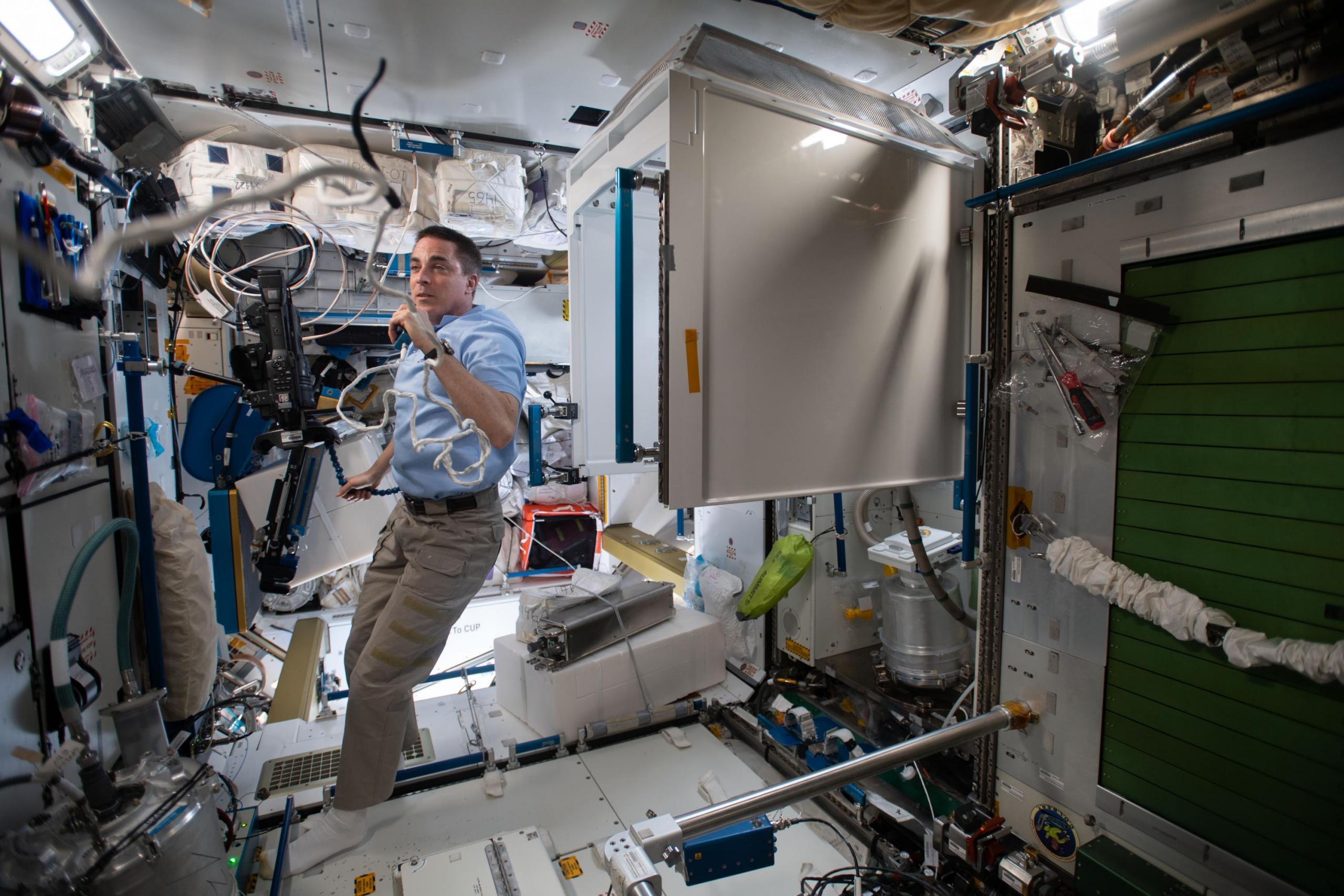 El astronauta Chris Cassidy hablando con el control de la misión desde el interior de la estación espacial.