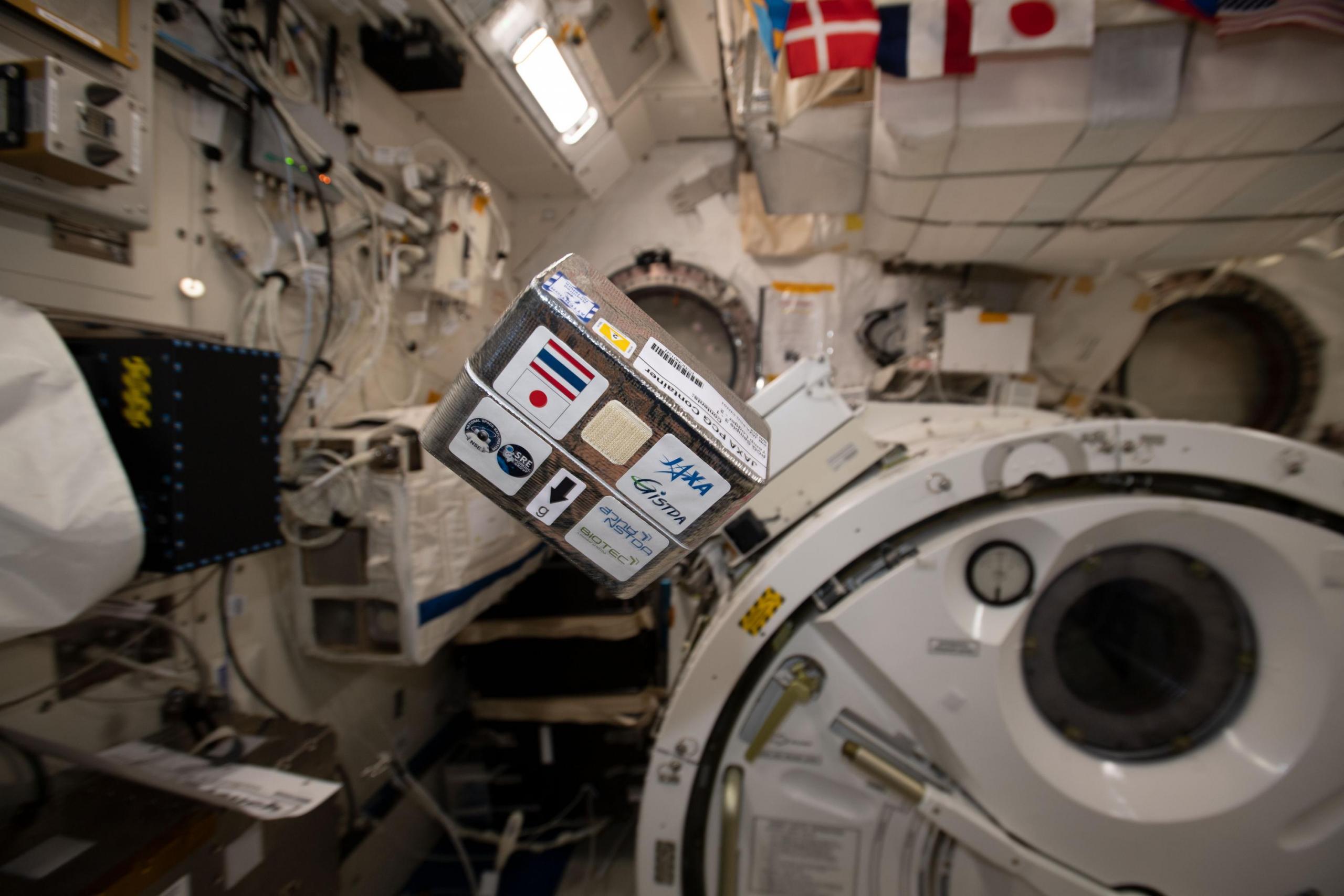 Hardware JAXA Moderate Temp PCG dentro de la estación espacial