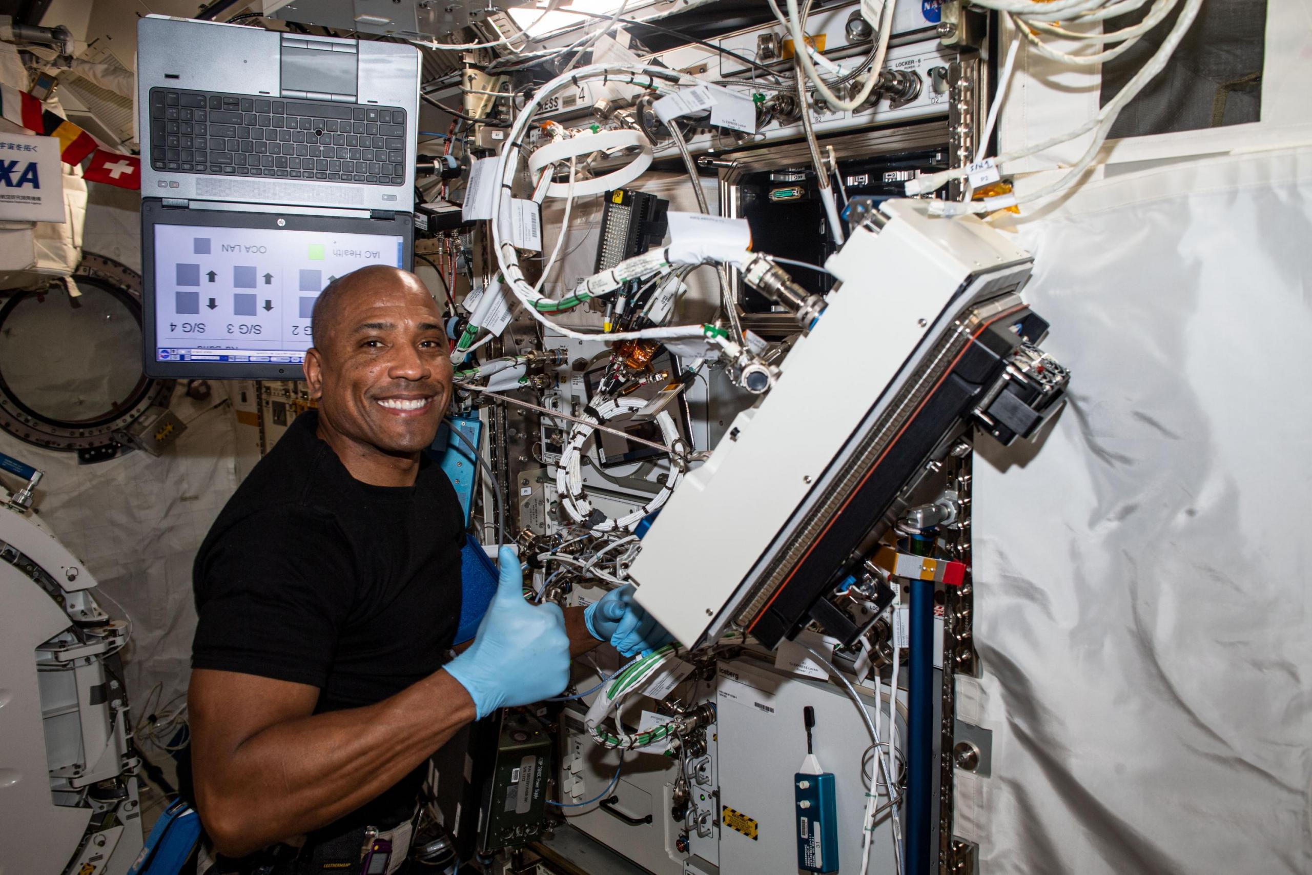 El astronauta Victor Glover dando pulgares