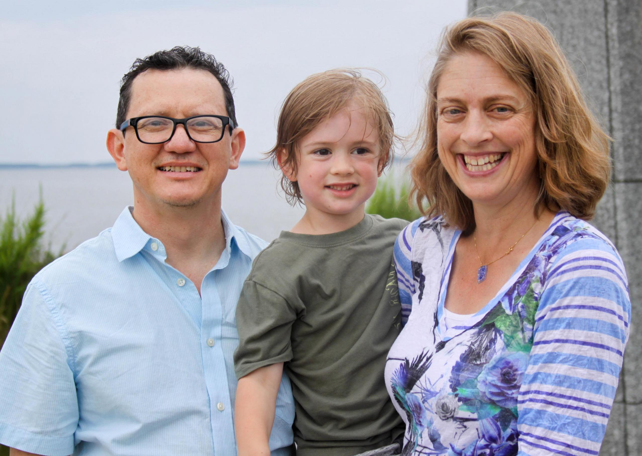 Joaquin Chaves con su hijo y esposa en Maryland