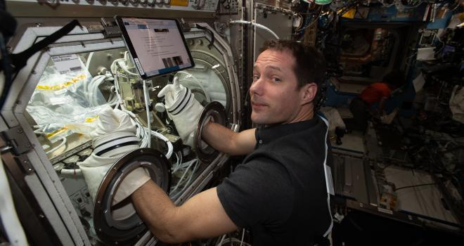 imagen de un astronauta trabajando con un experimento