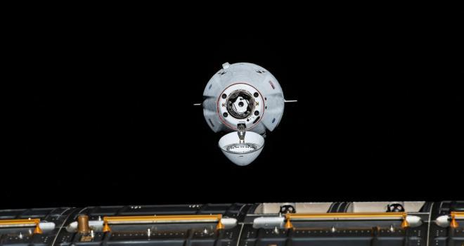 imagen de una capsula llegando a la estación