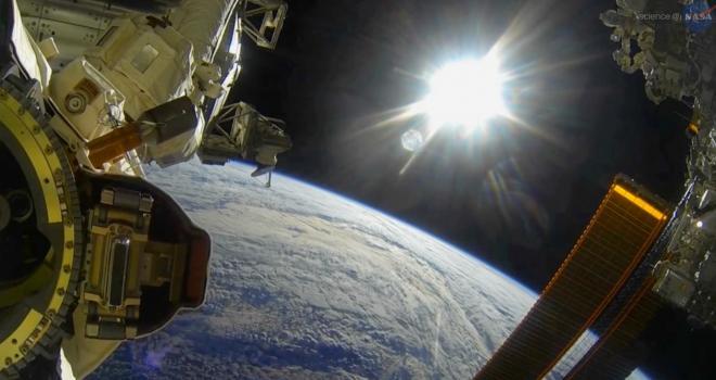 Observan la Tierra desde la Estación Espacial Internacional Poster