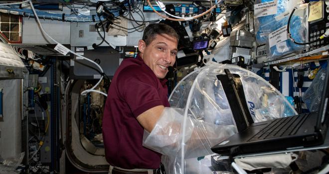 el astronauta Michael Hopkins trabajando en el experimento HemoCue