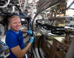 el astronauta Shannon Walker configura el hardware PBRE-WR