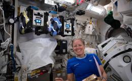 La astronauta Shannon Walker configura los robots Astrobee